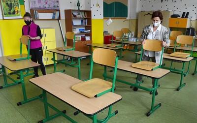 Žiaci idú prvýkrát do škôl po troch mesiacoch. Do lavíc sa vrátia približne dve tretiny detí.