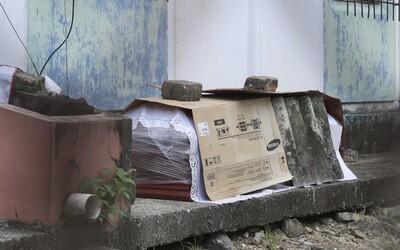 V Ekvádore nechávajú telá mŕtvych na opustených uliciach. Pohrebné služby pre koronavírus nestíhajú.