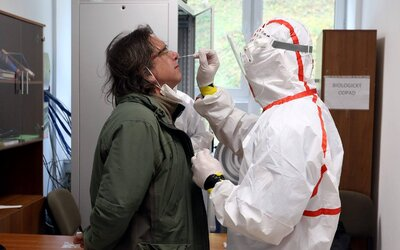 Na Slovensku zomrelo na koronavírus ďalších 6 pacientov. V Bardejove a na Orave sa dnes testovalo výrazne menej.