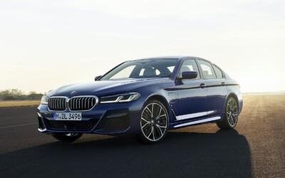 5-kové BMW má po facelifte ostrejšie tvary, modernejšiu techniku a elektrifikované motory
