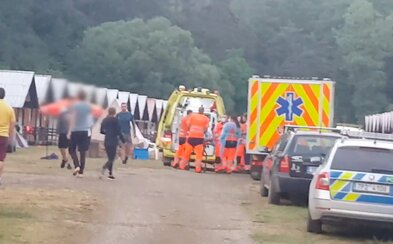 50 dětí na táboře na Plzeňsku se přiotrávilo. Rozvezli je do nemocnic