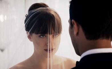 50 odtieňov slobody ukazuje prvé zábery vrátane svadby, erotiky a zabíjania. K lacnému sexu tak pribúda aj akcia a zbrane