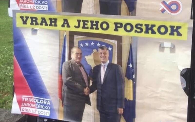 Trikolóra vyvěsila plakát, na kterém je Schwarzenberg s kosovským prezidentem. Vrah a jeho poskok, stojí v popisku.
