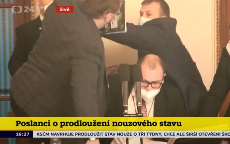 Video: Niektorí českí poslanci sa pobili priamo v parlamente.