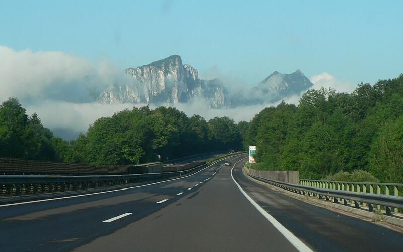 Už druhý český turista letos zemřel ve stejné oblasti rakouských Alp. Češka se zřítila do padesátimetrové propasti.