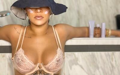 Rihanna s účesem na Jágra a sérií fotek zve na přehlídku nové kolekce Savage X Fenty.