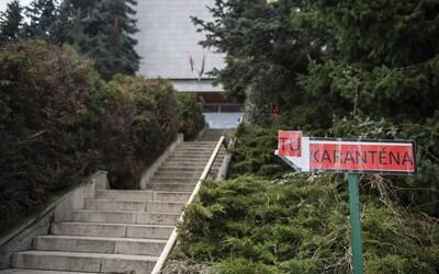 O prevoz domov požiadalo tak veľa Slovákov, že ministerstvo nestíha vybavovať žiadosti. Zvažujú, že zapoja študentov diplomacie.