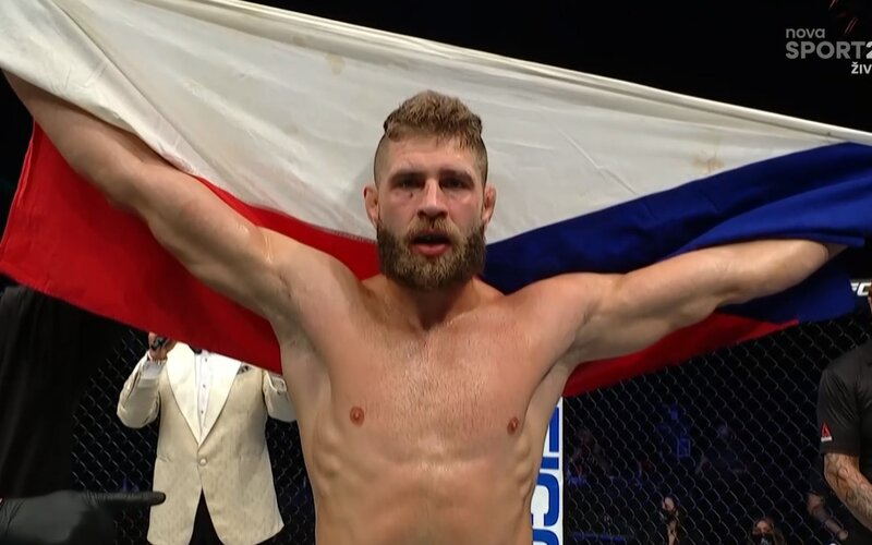 Český borec Jiří Procházka vyhral na UFC ostrove po nádhernom KO v druhom kole!