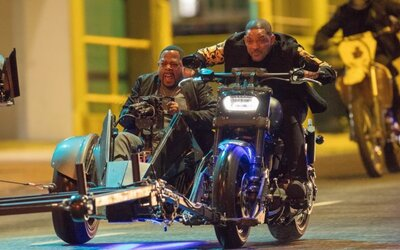 Will Smith a Martin Lawrence si při natáčení Mizerů 3 užívají bláznivou honičku na motorce s kulometem