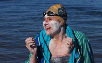 54 hodín a 209 kilometrov! Prvá žena na svete preplávala kanál La Manche štyrikrát, ešte minulý rok zápasila s rakovinou