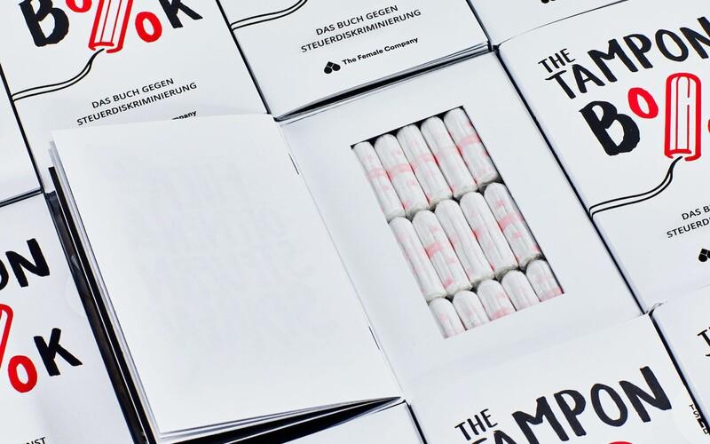 V Německu vydali knihu plnou tamponů. Upozorňuje na paradoxně nižší DPH na knihy než na dámské hygienické pomůcky.