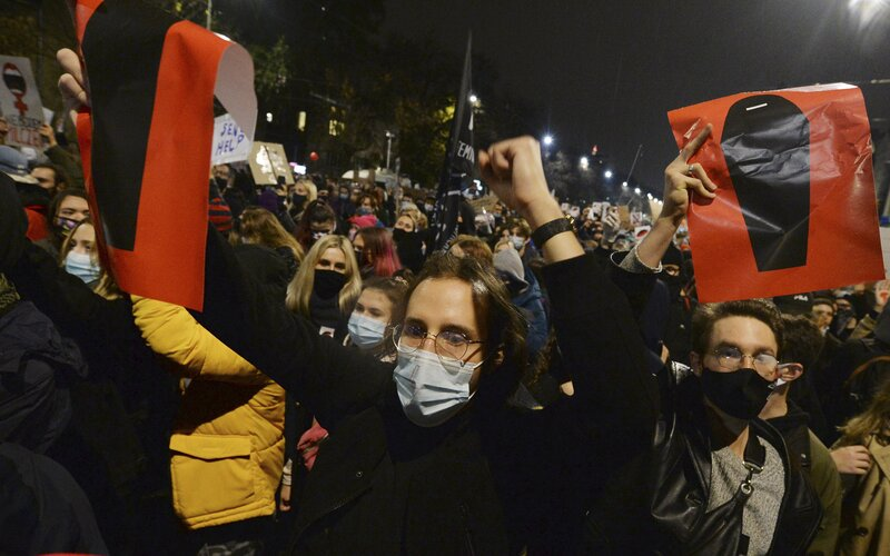 V Poľsku zakázali takmer všetky interrupcie. Tisícky žien protestujú v uliciach miest.