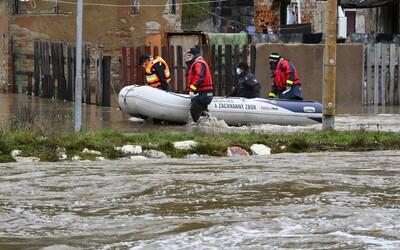 MAPA: Povodne na Slovensku majú prvú obeť. V týchto okresoch vyhlásili výstrahy.