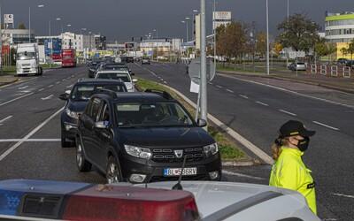 V Bratislave si momentálne na otestovanie autom počkáš odhadom 25 hodín. Odberné miesta na drive-in skolabovali.