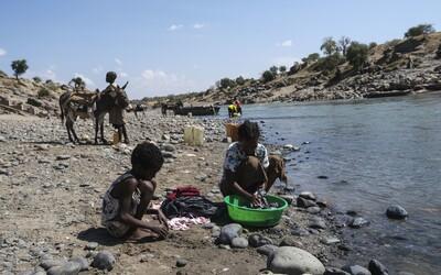 Po řece mezi etiopským Tigrajem a Sudánem pluly desítky mrtvých těl.