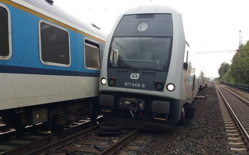 Dvojnásobná vlaková nehoda v Praze: Nejprve se vlak střetl s osobou, ve stejném místě se poté srazil rychlík s osobákem.