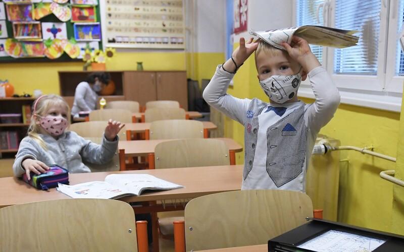 NOVÁ OPATŘENÍ: V osmi okresech se budou žáci povinně testovat, neočkovaní učitelé nasadí respirátory.