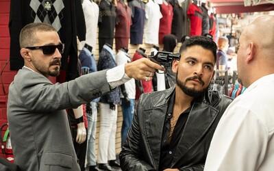 Shia LaBeouf vybírá daně od gangů v Los Angeles. Akční trailer slibuje našlapaný gangsterský film od režiséra Bright a Suicide Squad.