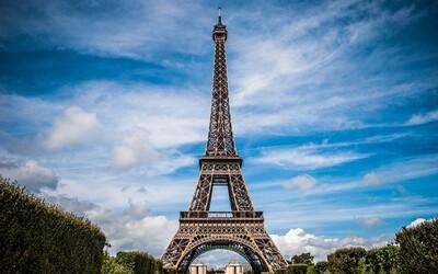 V Paříži evakuovali Eiffelovu věž. Vyhrožovali, že v ní umístili bombu.
