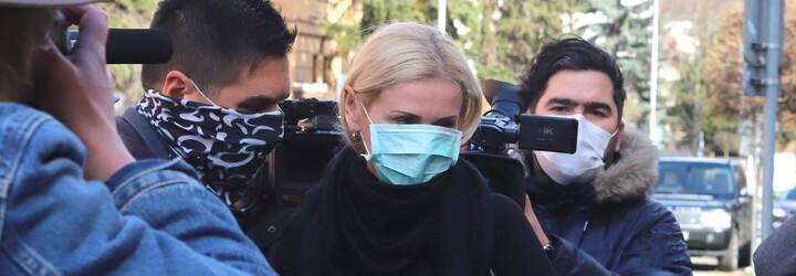 Monike Jankovskej odklepol súd väzbu, rovnako ako ďalším štyrom obvineným. Sudkyňa Repáková sa priznala