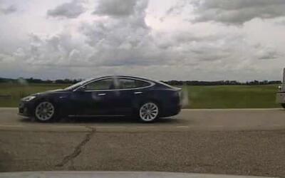 Šofér Tesly si sklopil sedadlo a spokojeně spal, zatímco auto jelo po dálnici rychlostí 150 km/h.
