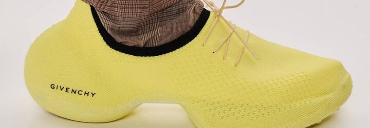 Slnečník na hlave či štrikované tenisky v neónových farbách. Návrhári v módnych domoch sa asi zbláznili