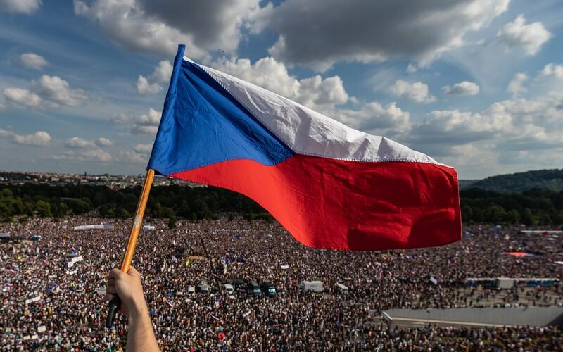 Snímkem roku se podle Czech Press Photo stává fotografie vlajky nad demonstranty na Letné od Lukáše Bíby.