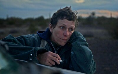 Nomadland je nejchválenější film roku. Drama o lidech bez domova žijících na cestách se ti dostane pod kůži