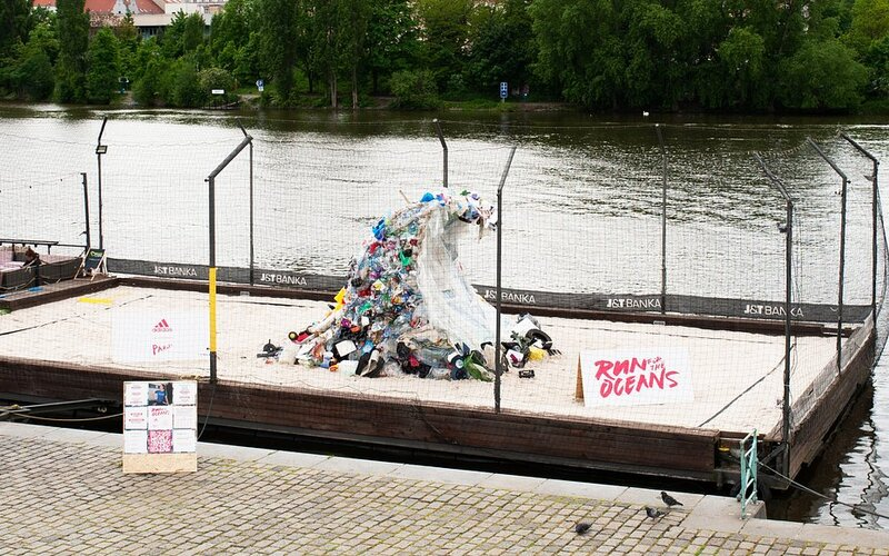 Na Náplavce vyrostla hora plastového odpadu. Upozorňuje na problém, k jehož řešení můžeš přispět i ty.
