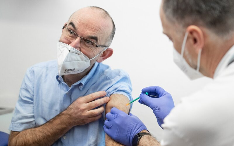 V Česku bylo proti koronaviru první dávkou očkováno přes 150 000 lidí, registrační systém čekají změny.