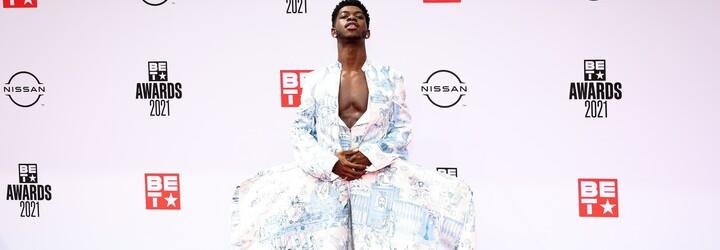 Šaty Cardi B s průsvitným bříškem nebo Lil Nas X v gigantické sukni. Toto je TOP 10 outfitů celebrit z BET Awards