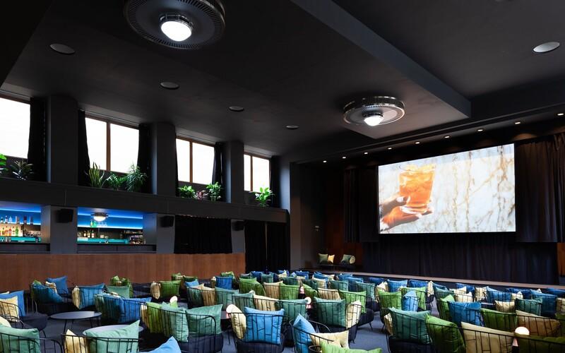 Otevírá nové netradiční kino v centru Prahy. Místo klasických křesel má gauče, propojí filmy, bar i DJské sety.