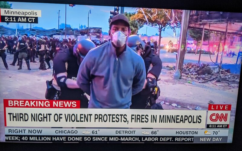 Policie v Minneapolis zatkla celý štáb CNN. Kamery nadále běžely v živém vysílání.