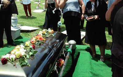 Při pohřbu se rozbila rakev. Jeden z hrobníků spolu s mrtvolou spadl rovnou do hrobu.