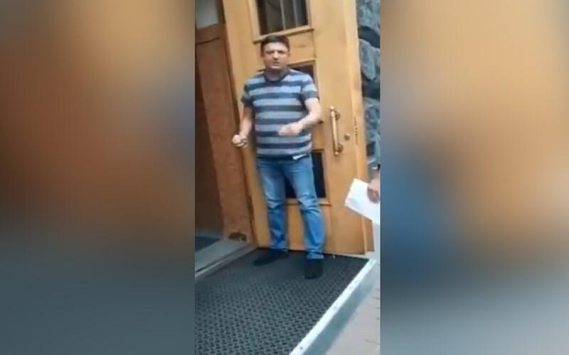 VIDEO: Muž hrozil odpálením granátu v sídle ukrajinské vlády. Po vyjednávání s policií se vzdal.