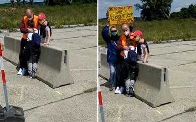 Slovák musel objímať svoje deti cez betónovú zábranu na hraniciach. Nemôže si dovoliť podstúpiť karanténu.