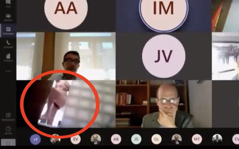Španielsky poslanec si počas videokonferencie zabudol vypnúť kameru. Jeho sprchovanie sa vysielalo naživo v televízii.