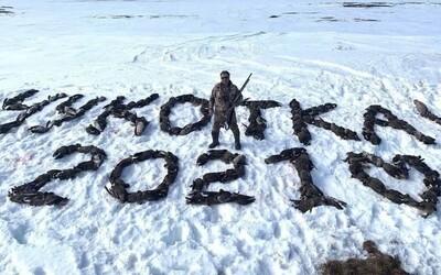 Lovec v Rusku sa vyfotil s nápisom Čukotka 2021 vytvoreným zo 150 mŕtvych operencov. Denník Novaja Gazeta naňho vypísal odmenu.