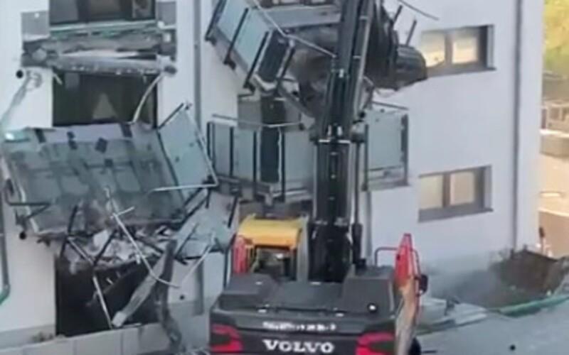 VIDEO: Bagrista se rozzuřil a strhl dva balkony z bytového domu. Rozzlobilo ho, že nedostal řádně zaplaceno.