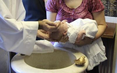 6-týždňový chlapček v Rumunsku zomrel počas pravoslávneho krstu. Utopil sa v svätenej vode