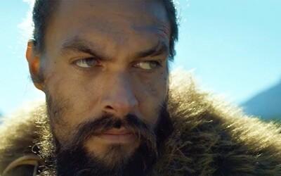 600 let v budoucnosti přišlo lidstvo o zrak. Jason Momoa je však obávaným bojovníkem, kterému to nijak nepřekáží