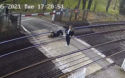 Anglické teenagerky riskovaly život na trati, kde jezdí vlaky rychlostí 140 km/h. Jedna z nich ležela na kolejích s mobilem.