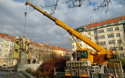 """Socha Koněva se stěhuje. """"Neměl roušku, pravidla platí pro všechny stejně,"""" vtipkuje starosta Prahy 6."""