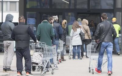 Opatrenia vlády nepostačujú: Slováci sú vraj pred obchodmi agresívni a vulgárni, v radoch sa zdržuje množstvo dôchodcov.