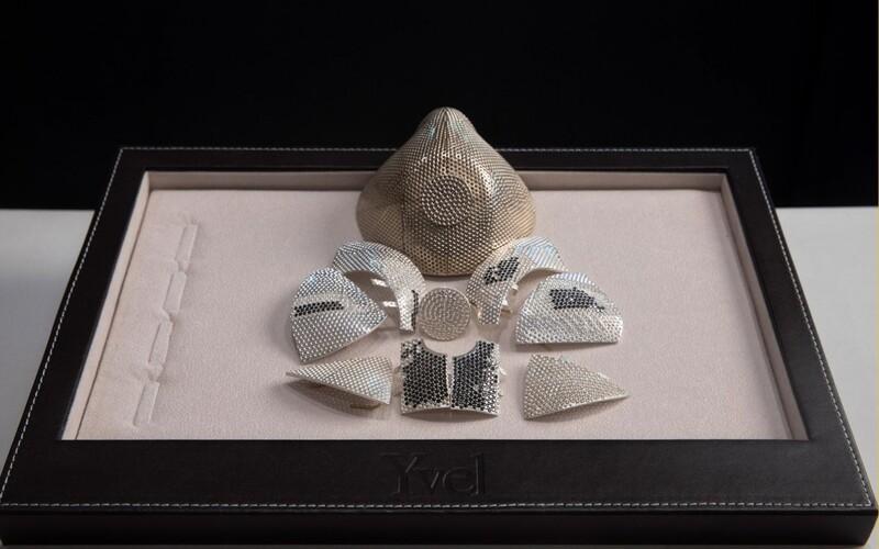 Toto je nejdražší rouška proti koronaviru na světě. Zdobí ji 3600 diamantů a bílé zlato.