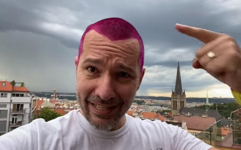 Martin Veselovský si obarvil vlasy narůžovo. DVTV totiž na Hithitu vybrala 5 milionů korun.