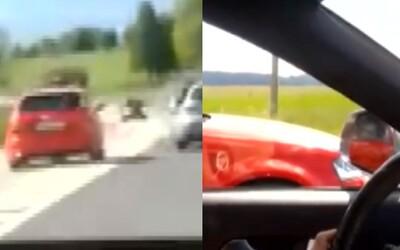 Dvaja hlupáci sa pri Poprade pretekali ako v Rýchlo a zbesilo. Spôsobili takmer čelnú zrážku a polícia už začala trestné stíhanie