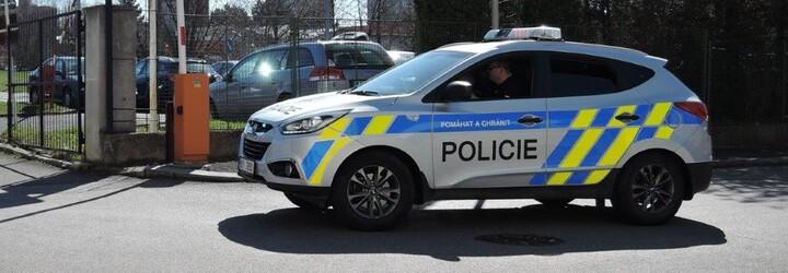 Muž v Karlových Varech vytáhl z restaurace mladíka na ulici. Tam jej zbily dvě ženy