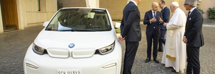 BMW darovalo Svatému otci na znak snahy o ochranu naší planety sněhobílý elektromobil i3