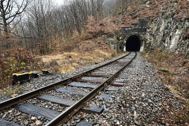 Ako sa volá najdlhší jednokoľajný železničný tunel na Slovensku?